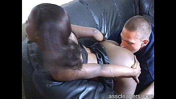 black domme arches over to get her backside slurped