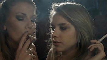girl-girl smoke femmes