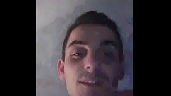 tronche arnaud se masturbe en web cam devant.