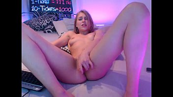 nubile siswet19 flashing beaver on live cam.