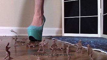 giantess queen lucy crushing army fellows high high-heeled.