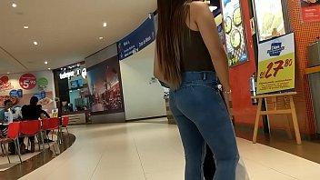 linda nena en jeans con backside remarcado con.