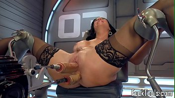 solo machine cougar ripped up in slit and ass