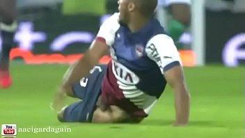 jogador de futebol roludo deixou o pau escapar.