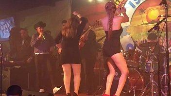 mexicana flaquita piernuda bailando puton