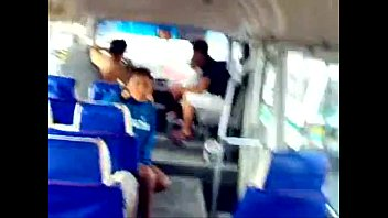 fior morillo singando en un autobus.